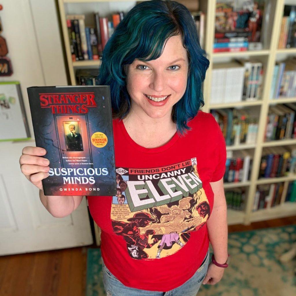 Gwenda Bond a könyvvel (fotó forrása: a szerző Instagram oldala)