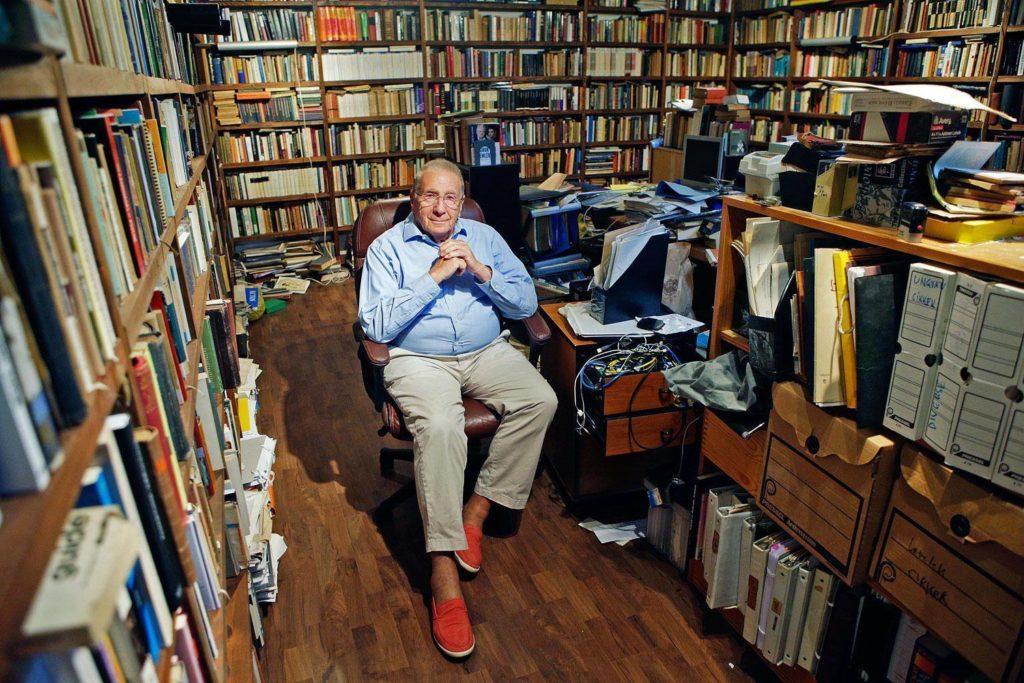 Ungvári Tamás 2018-ban, alkotás közben a könyvtárban (fotó: a szerző Facebook-oldala)