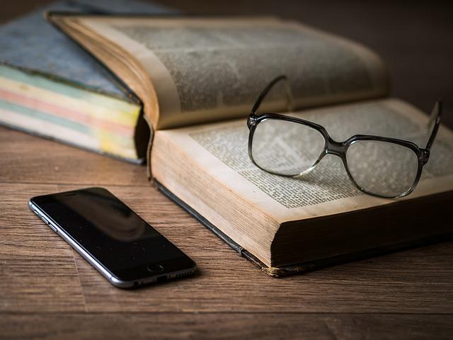 Olvasol vagy a telefonon böngészel? (illusztráció)