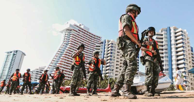 Acapulcói látvány: katonák járőröznek a tengerparton